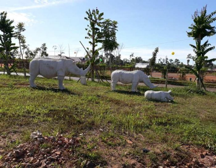Rhinos Family statue
